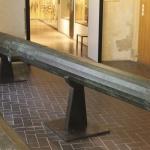 Grande couleuvrine aux armes d'Emery d'Amboise. Cette bouche à feu est la plus longue pièce d'artillerie en bronze conservée au monde. Son décor à facettes est divisé en trois tronçons. La plate-bande de culasse ainsi que le collet de la bouche portent une fine guirlande à motif végétal. Elle a été utilisée pour l'ordre des hospitaliers de Saint Jean de Jérusalem durant la maîtrise d'Emery d'Amboise de 1503 à 1512.