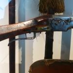 Le musée de l'Armée a le privilège de posséder cette arme d'un intérêt exceptionnel puisqu'elle correspond à une des plus anciennes arquebuses à rouet équipée d'un mécanisme de type français parvenue jusqu'à nous. Elle fut probablement acquise en Espagne par le grand collectionneur Georges Pauilhac, dont la collection est entrée aux Invalides en 1964. Rappelons que sur le « mécanisme à rouet », le feu est provoqué par le frottement d'une roue d'acier (le « rouet ») contre une pyrite de fer maintenue dans les mâchoires du chien.